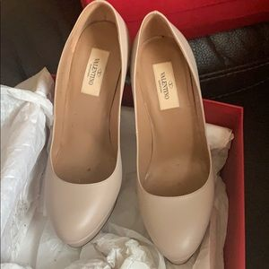 Valentino platform pumps. Super sexy and classy